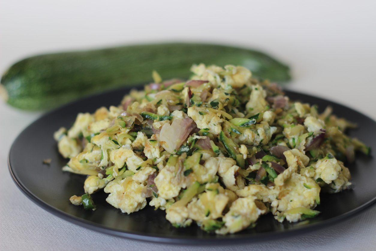 Uova strapazzate con zucchine: la ricetta del secondo piatto vegetariano veloce e leggero