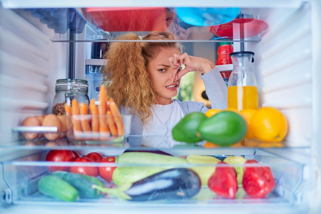 Come eliminare cattivi odori del frigo con metodi naturali
