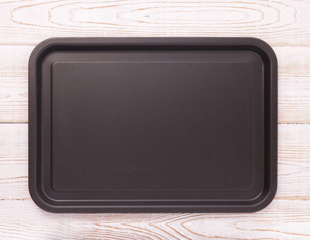 Come pulire le teglie del forno: i metodi naturali per togliere unto e incrostazioni