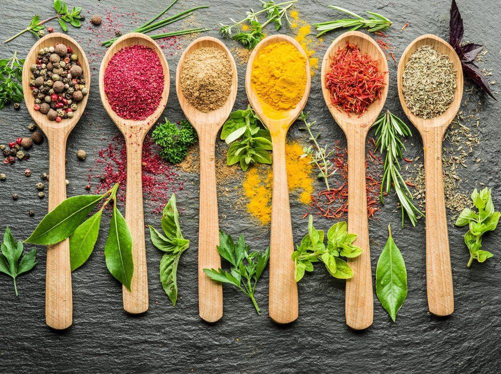 Aromatizzare, condire, marinare: le differenze fra i condimenti e come usarli al meglio