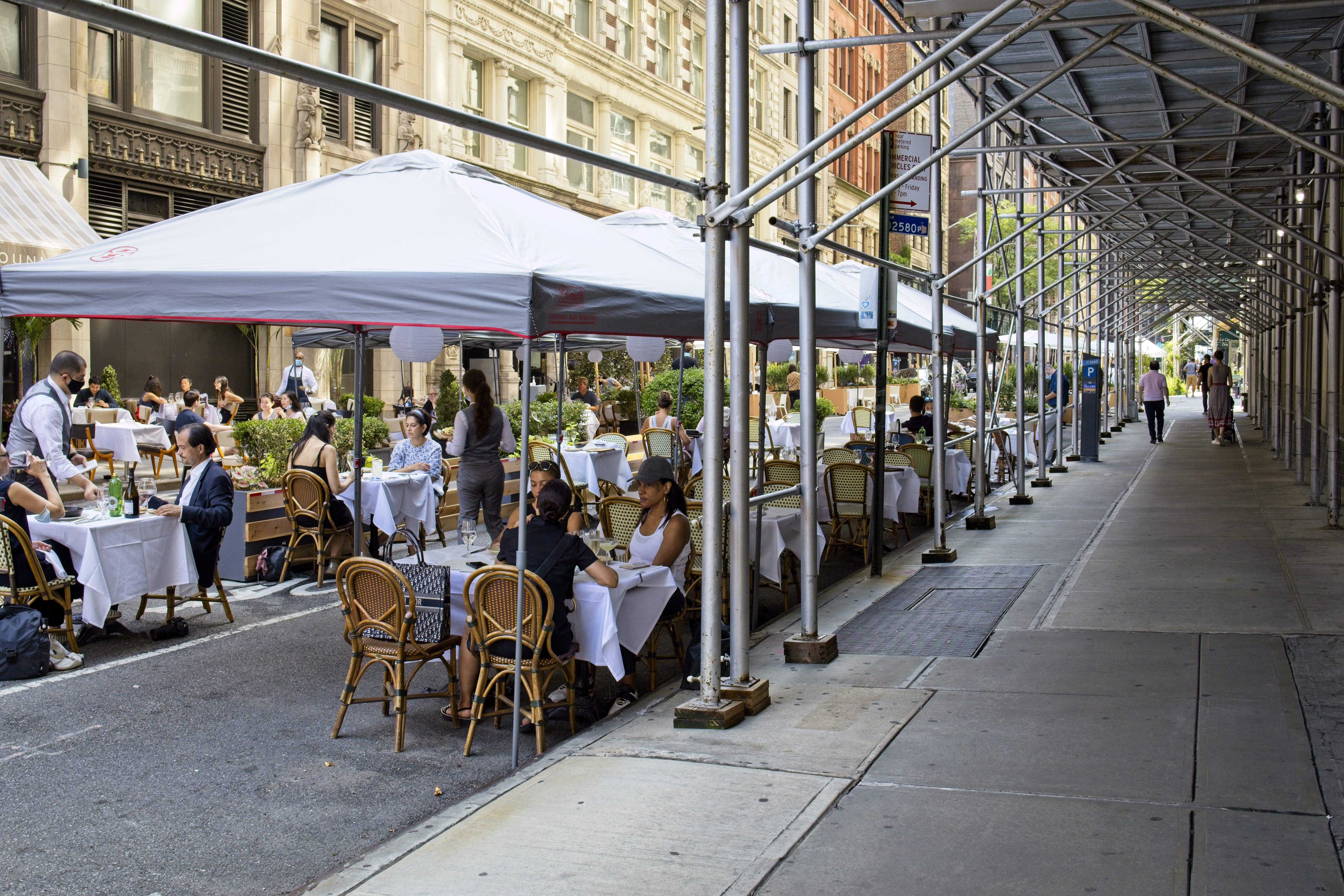 Meno parcheggi e più coperti: così la ristorazione riparte a New York