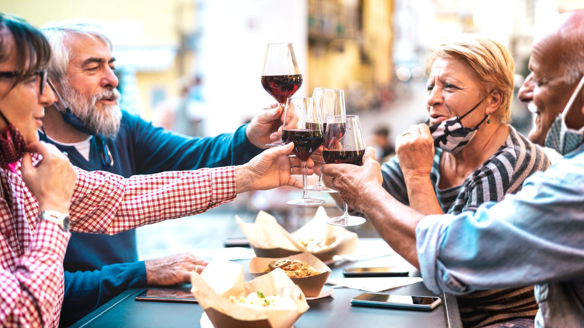 Tornano le tavolate con gli amici e il caffè al bancone del bar: le nuove linee guida