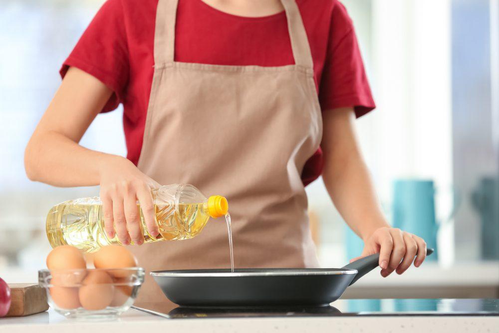 Tre metodi per controllare la temperatura dell'olio senza un termometro da cucina