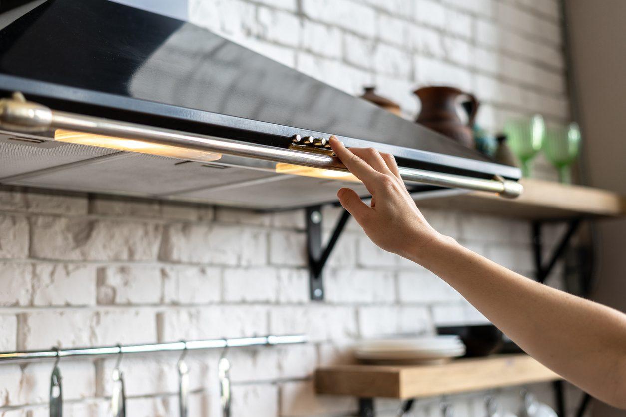 Come pulire la cappa della cucina: metodi e trucchi per farla splendere