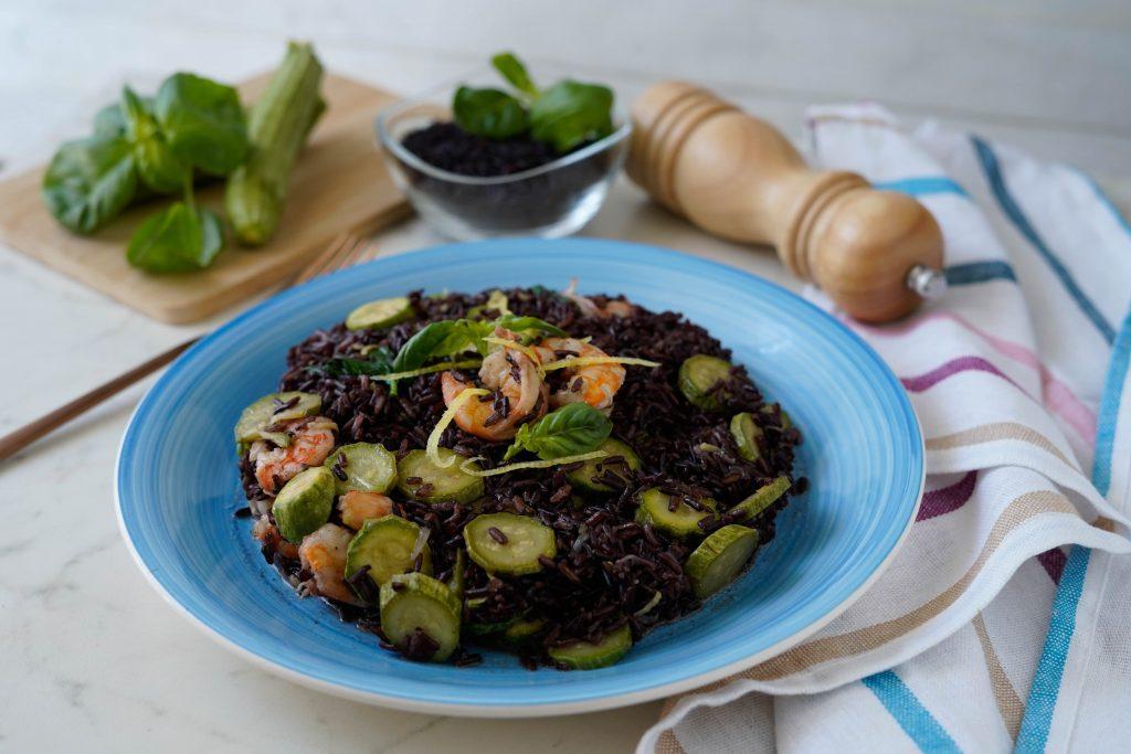 riso venere zucchine e gamberetti