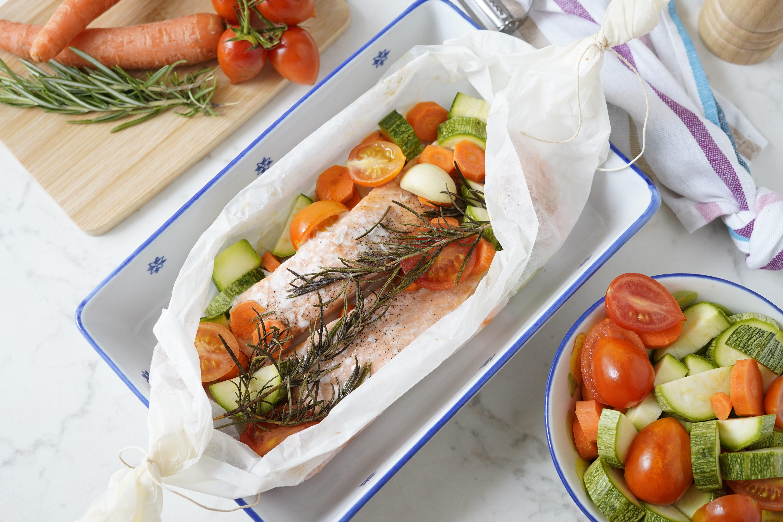 Salmone al cartoccio: la ricetta del piatto leggero e gustoso