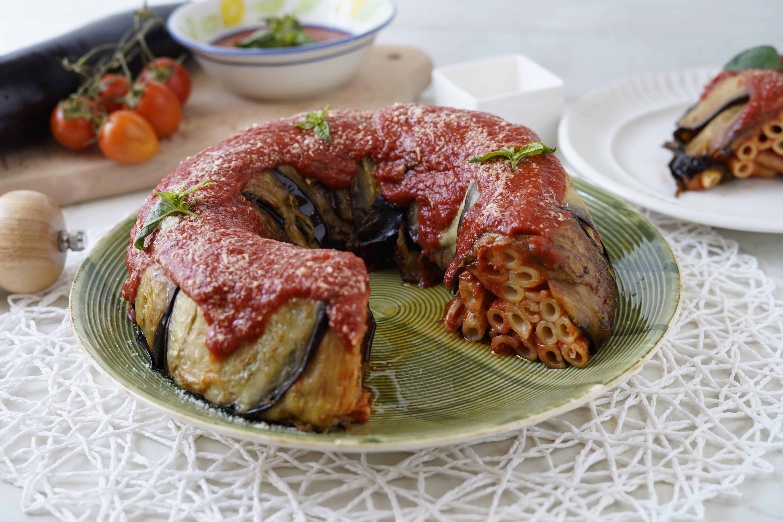 Timballo di melanzane alla siciliana: la ricetta del primo tradizionale semplice e goloso