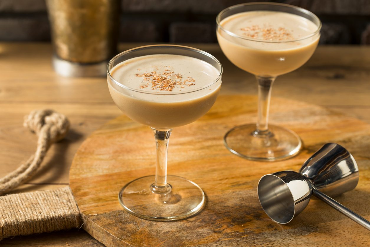 Alexander cocktail: la ricetta del drink after dinner a base di cognac e panna