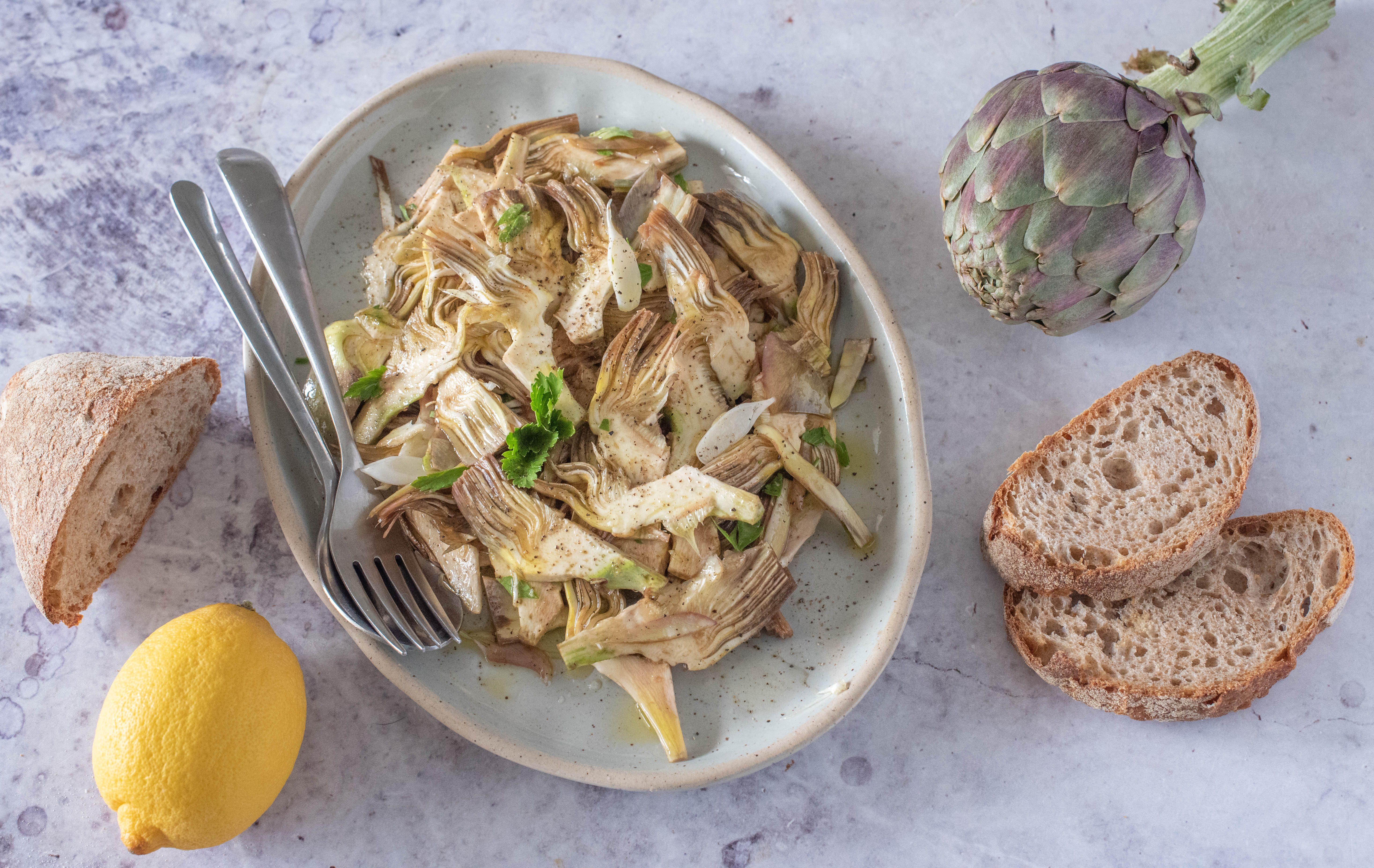 Carciofi marinati crudi: la ricetta del contorno fresco e croccante