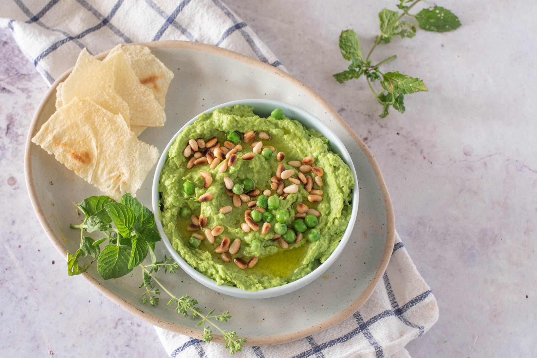 Hummus di piselli: la ricetta della variante fragrante e colorata
