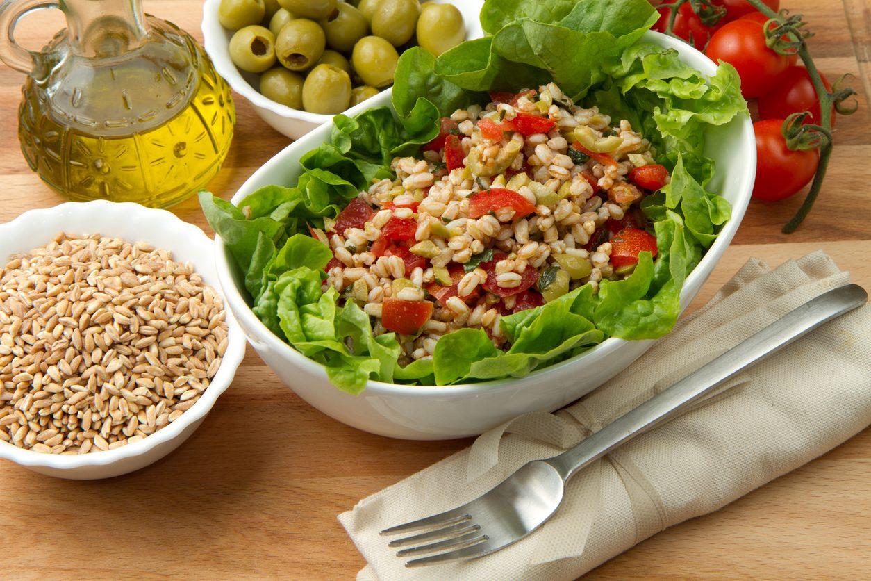 Insalata di farro alla greca: la ricetta del primo piatto veloce dal sapore mediterraneo