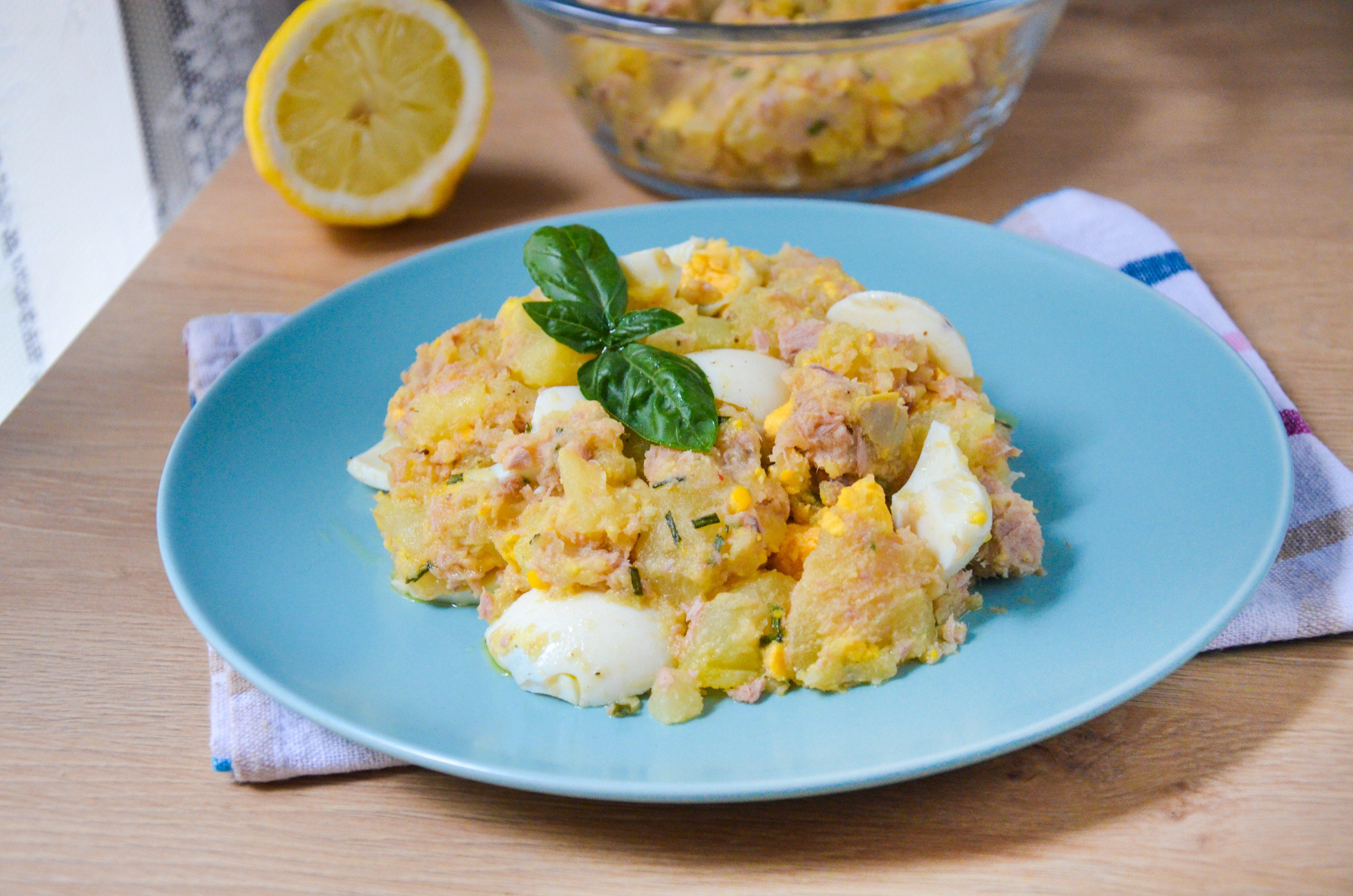 Insalata di patate, tonno e uova sode: la ricetta del piatto fresco e saporito