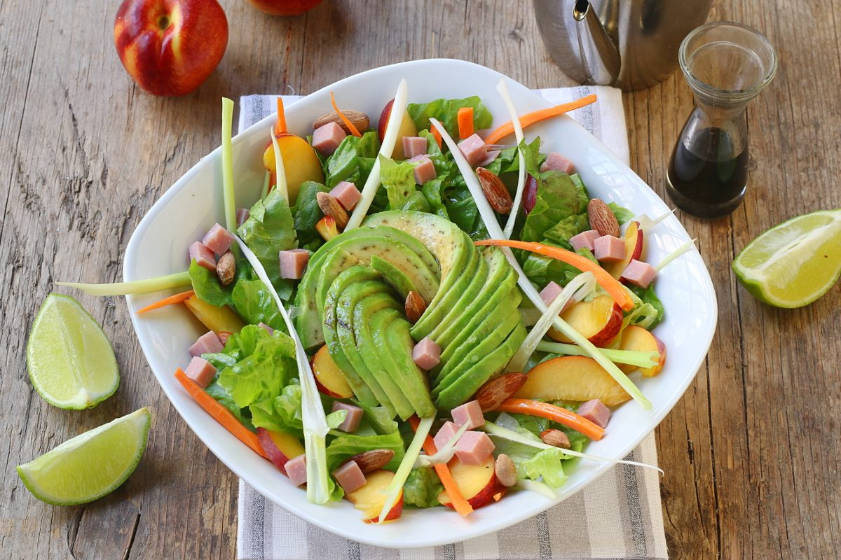 Insalatona estiva con avocado e pesche: la ricetta del piatto ricco, gustoso e colorato