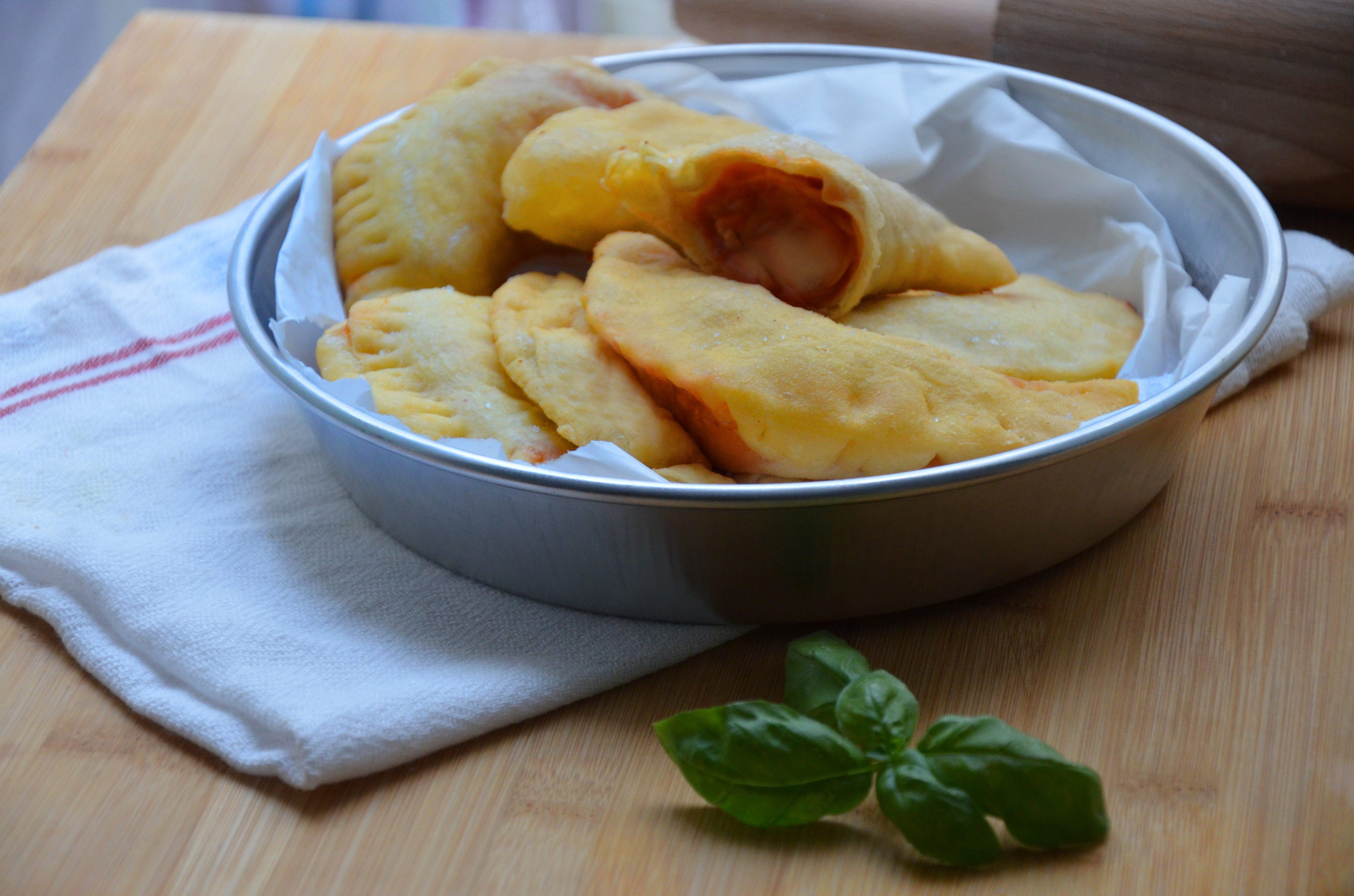 Panzerotti con pomodoro e mozzarella: la ricetta dello street food pugliese