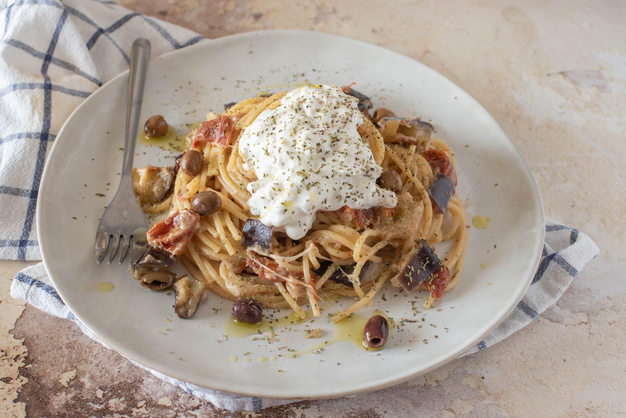 Spaghetti con crema di burrata e melanzane: la ricetta del piatto cremoso e raffinato