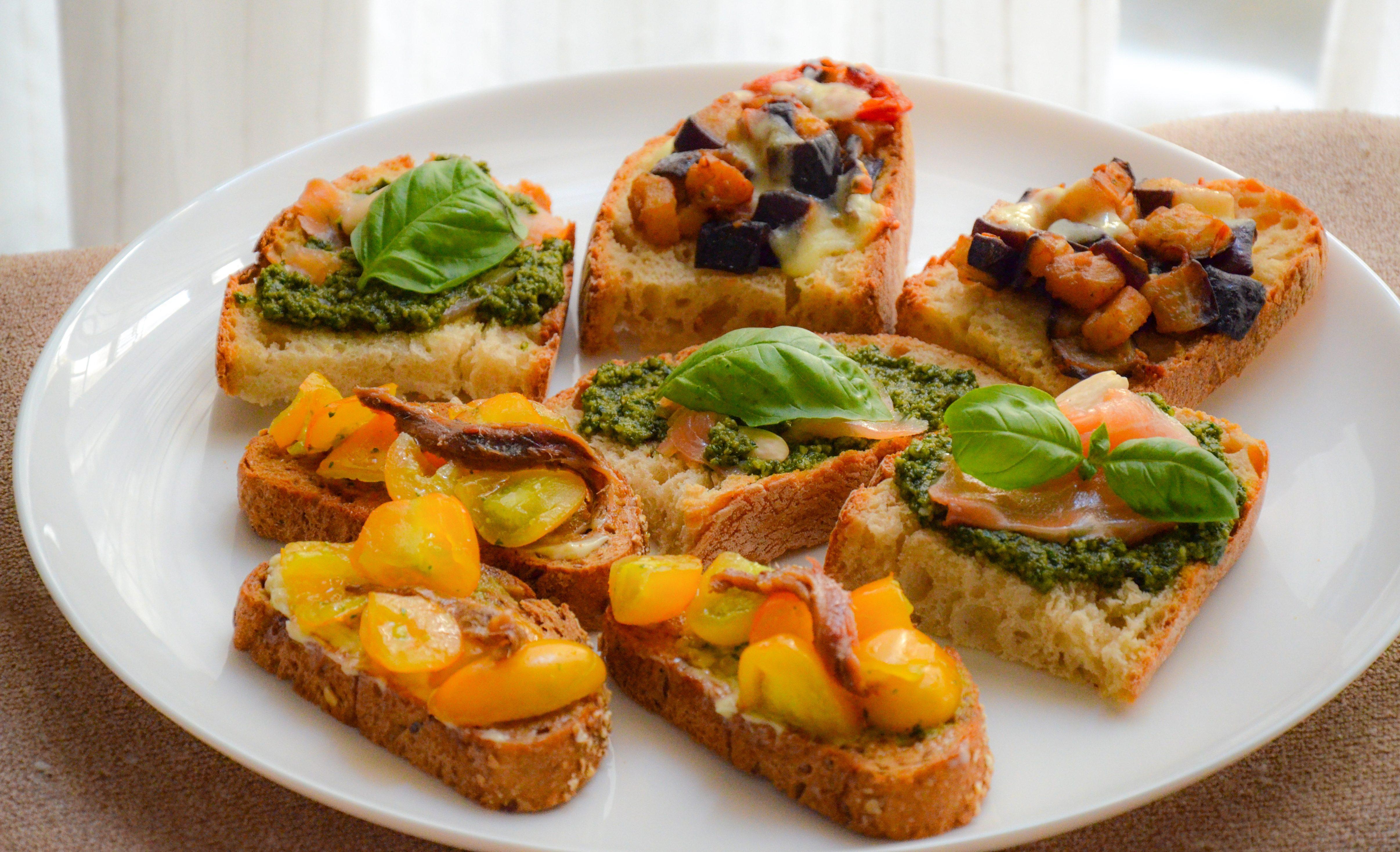 Tris di bruschette estive: la ricetta dell'antipasto colorato e originale