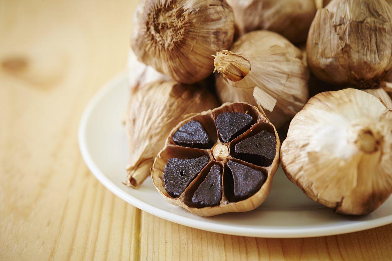 Aglio fermentato: cos'è, come si prepara e come si usa l'aglio nero