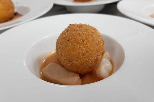 Arancina con ripieno ai frutti di mare su ristretto al pesce dello chef Gioacchino Sensale