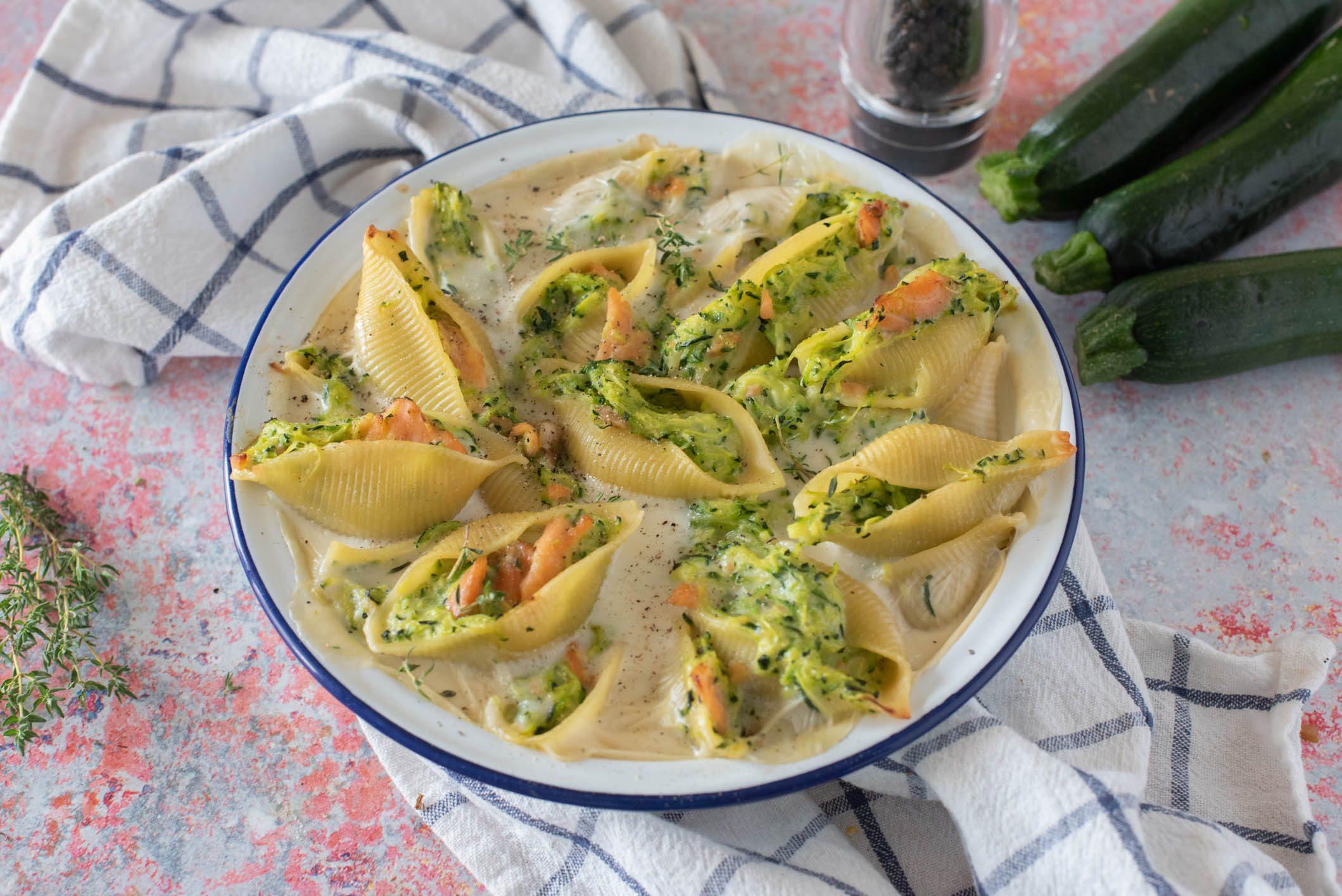 Conchiglioni al forno con zucchine e salmone: la ricetta del piatto dal sapore raffinato