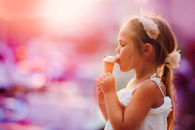 """Perché mangiare il gelato ci rende felici? Ecco le ragioni del suo """"potere"""" sull'umore"""