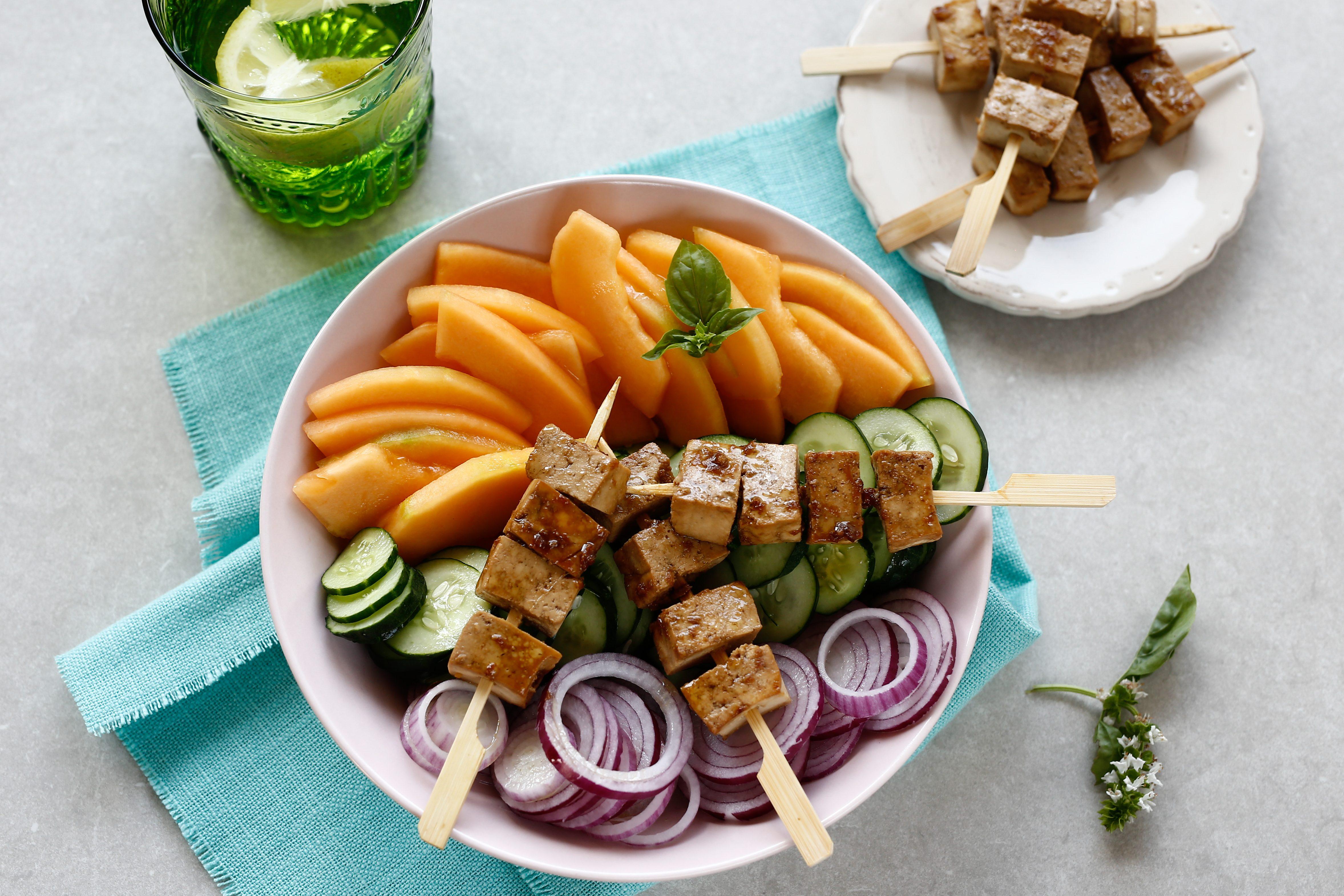 Spiedini di tofu con insalata di melone e cetrioli: la ricetta del piatto fresco e goloso