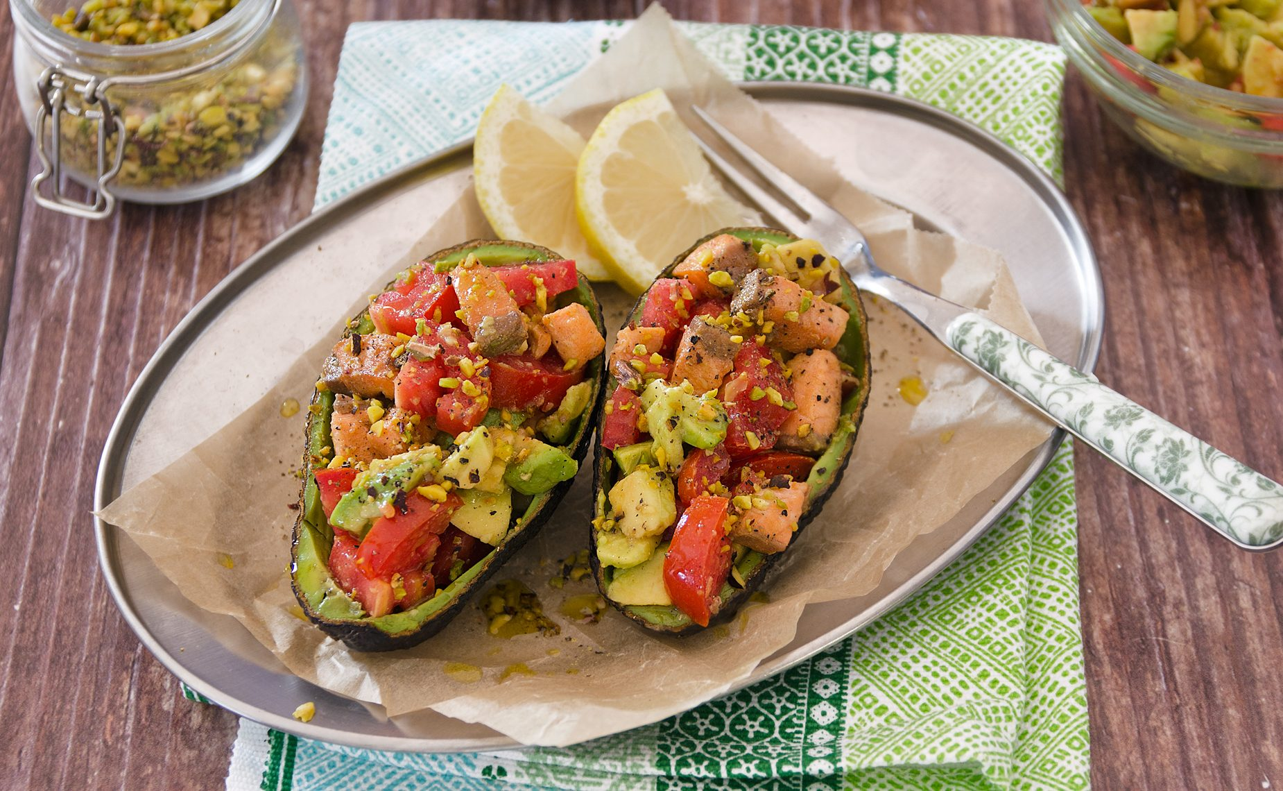 Avocado ripieno con salmone: la ricetta sfiziosa e dal gusto esotico