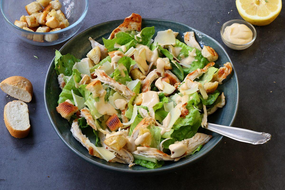 Caesar salad: la ricetta della storica insalata con il pollo