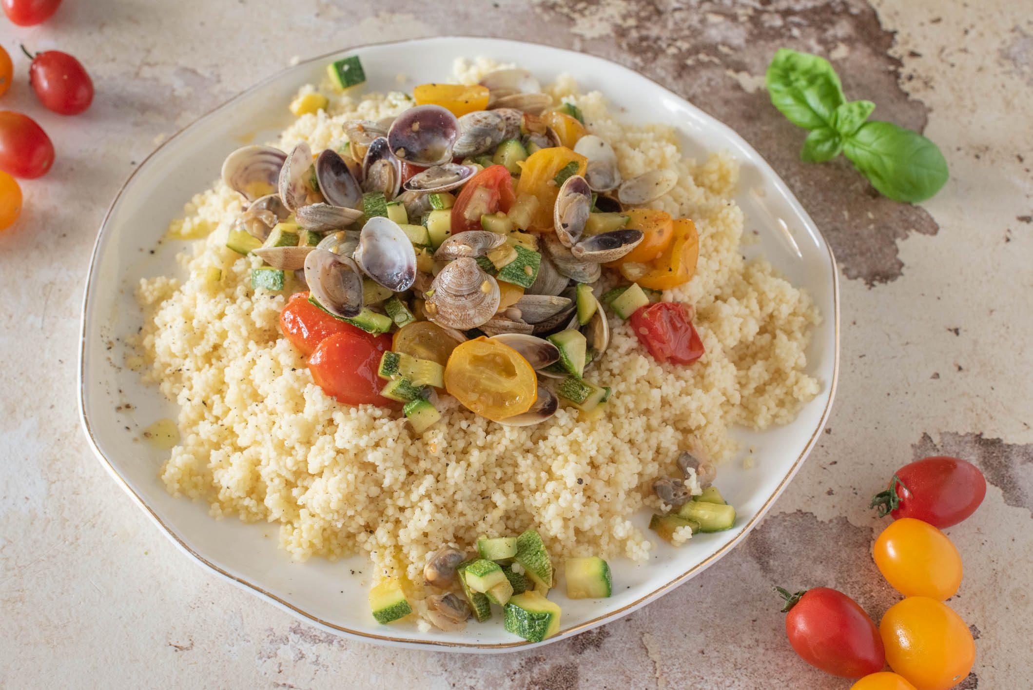 Cous cous con vongole e zucchine: la ricetta del piatto semplice e gustoso