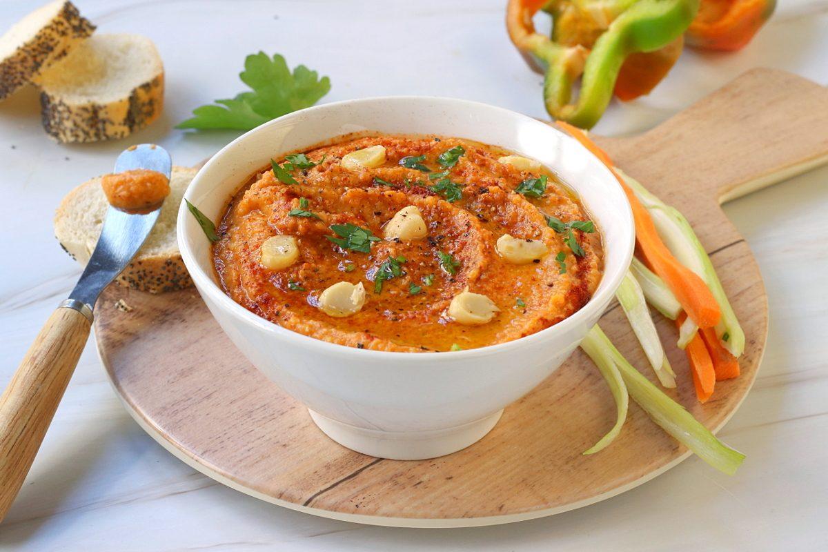 Hummus di peperoni: la ricetta della variante estiva della salsa mediorientale