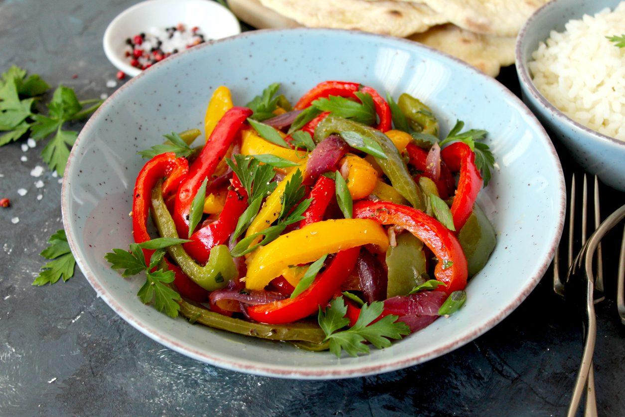 Insalata di peperoni crudi: la ricetta del contorno senza cottura semplice e veloce