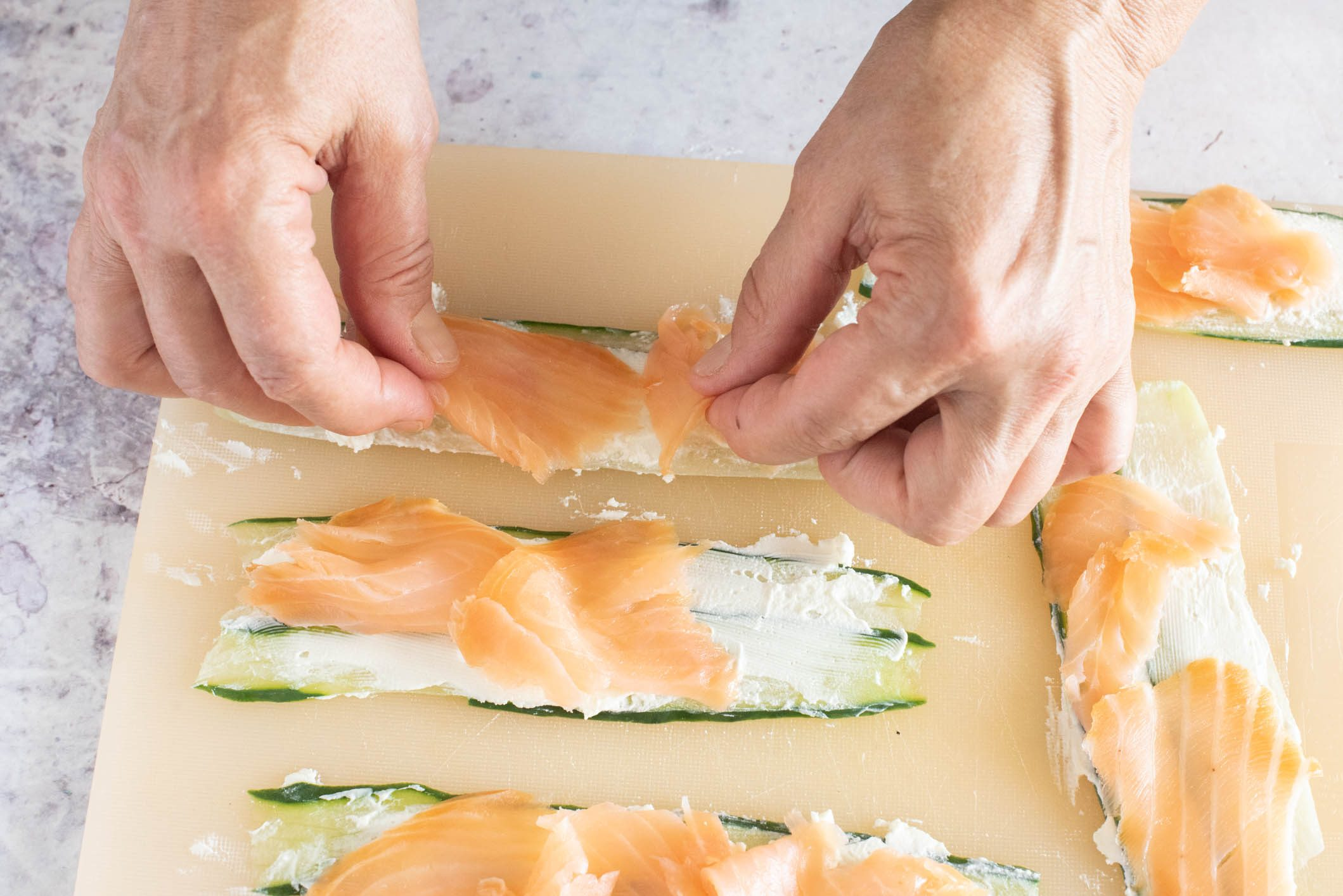 involtini di salmone e cetrioli