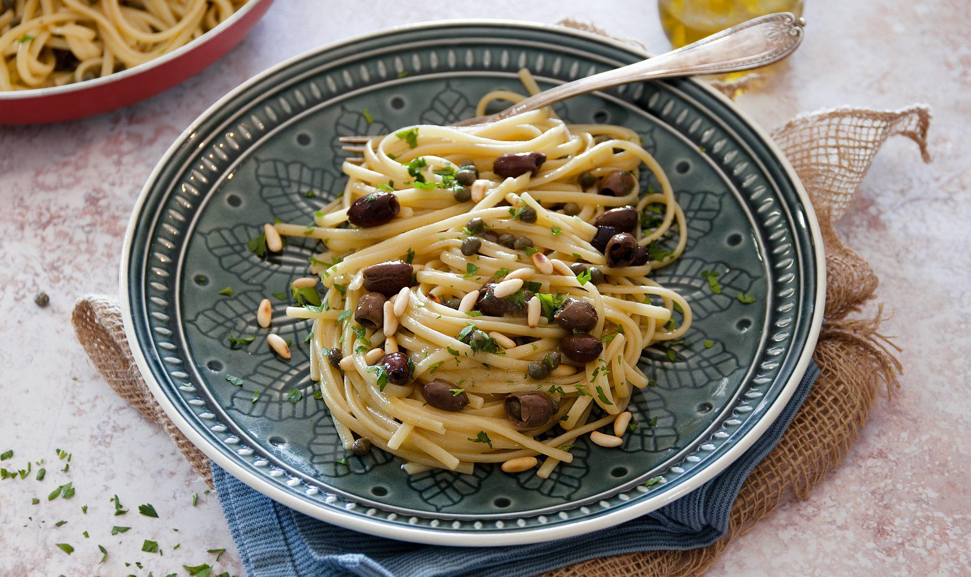 Linguine con acciughe, olive e pinoli: la ricetta del primo veloce e gustoso