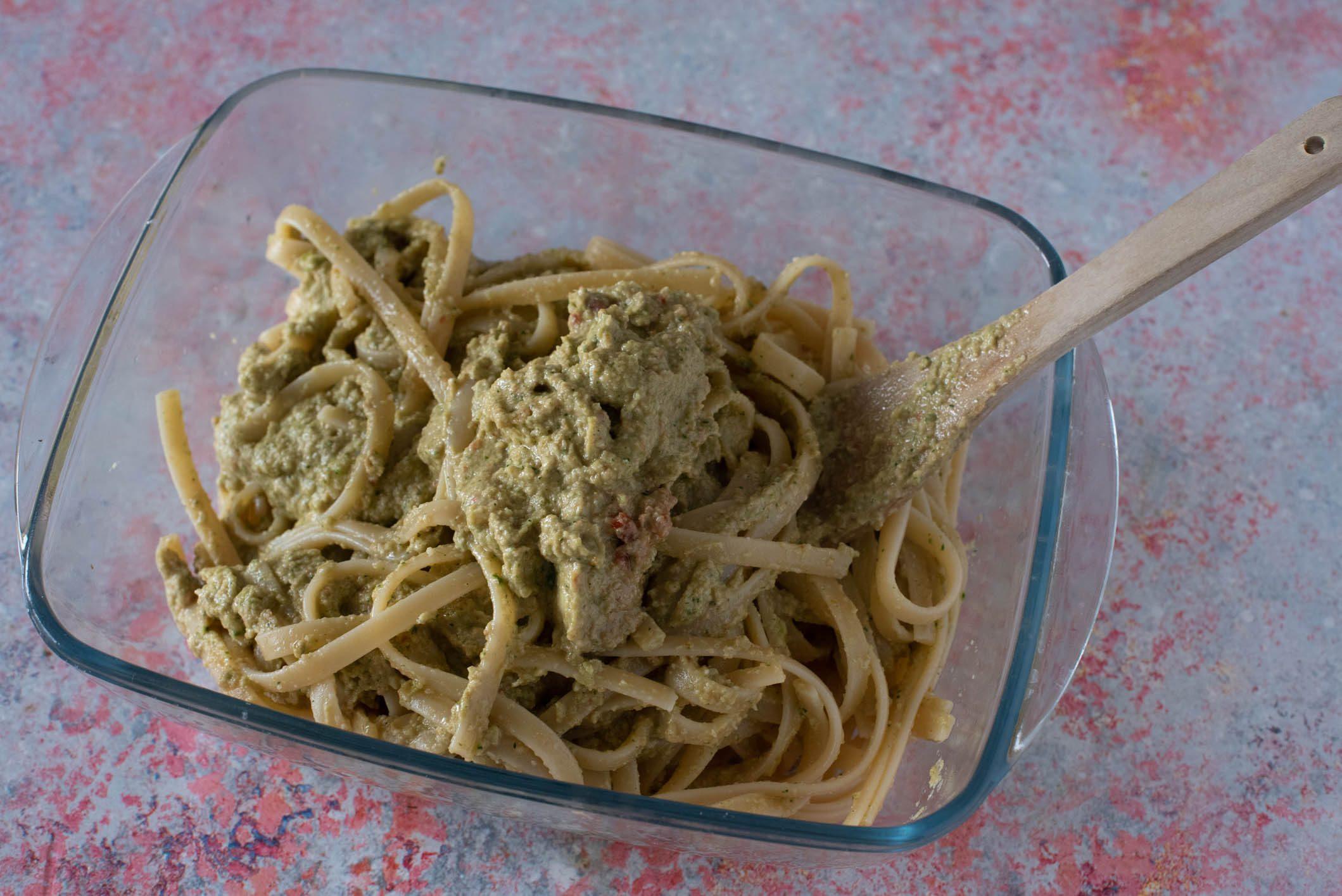 Pasta con pesto di zucchine, mandorle e alici