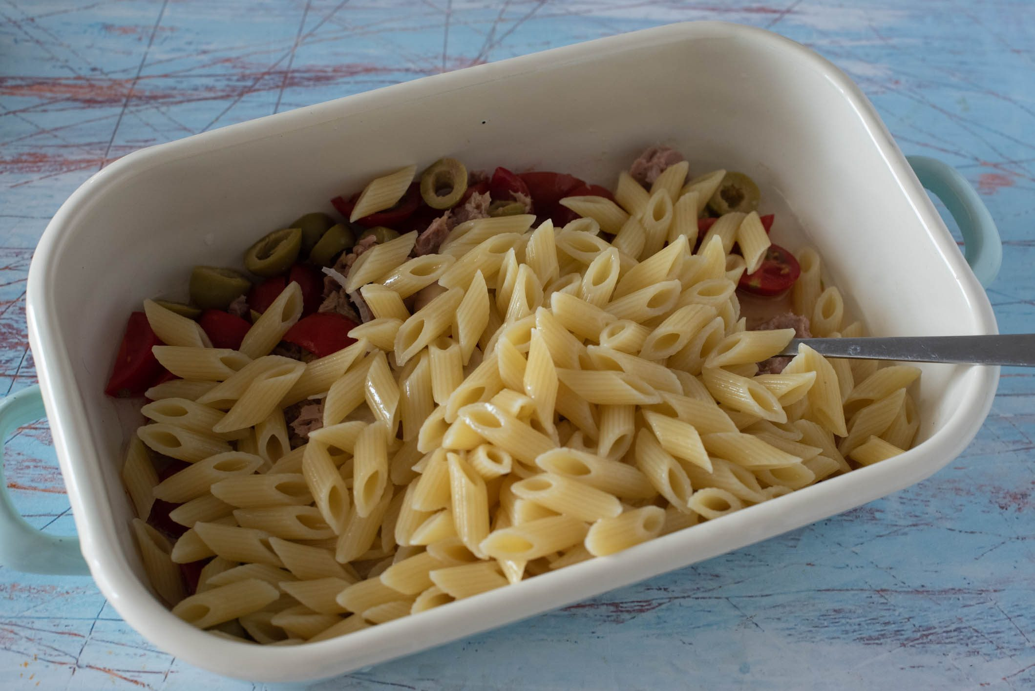 Pasta fredda con limone, olive e tonno