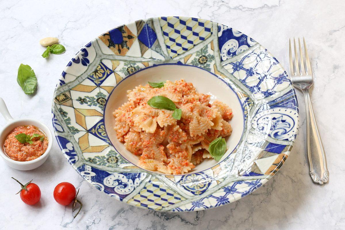 Pasta fredda con pesto alla trapanese: la ricetta della variante fresca e veloce