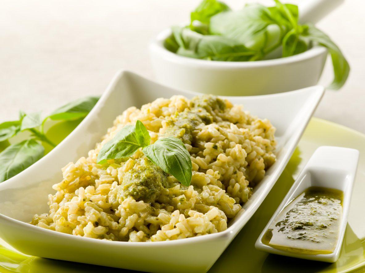 Risotto al pesto: la ricetta del primo piatto cremoso e saporito