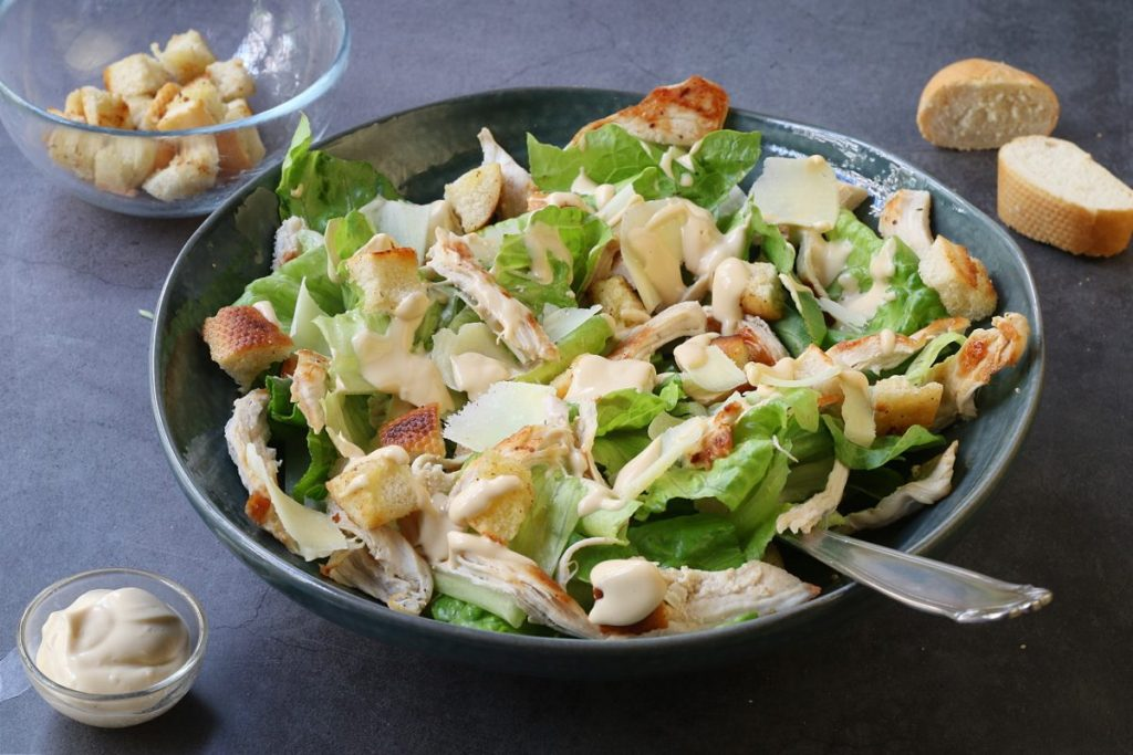 servire Caesar salad