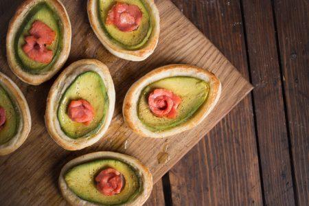 Sfogliatine salmone e avocado: la ricetta dell'antipasto veloce e sfizioso