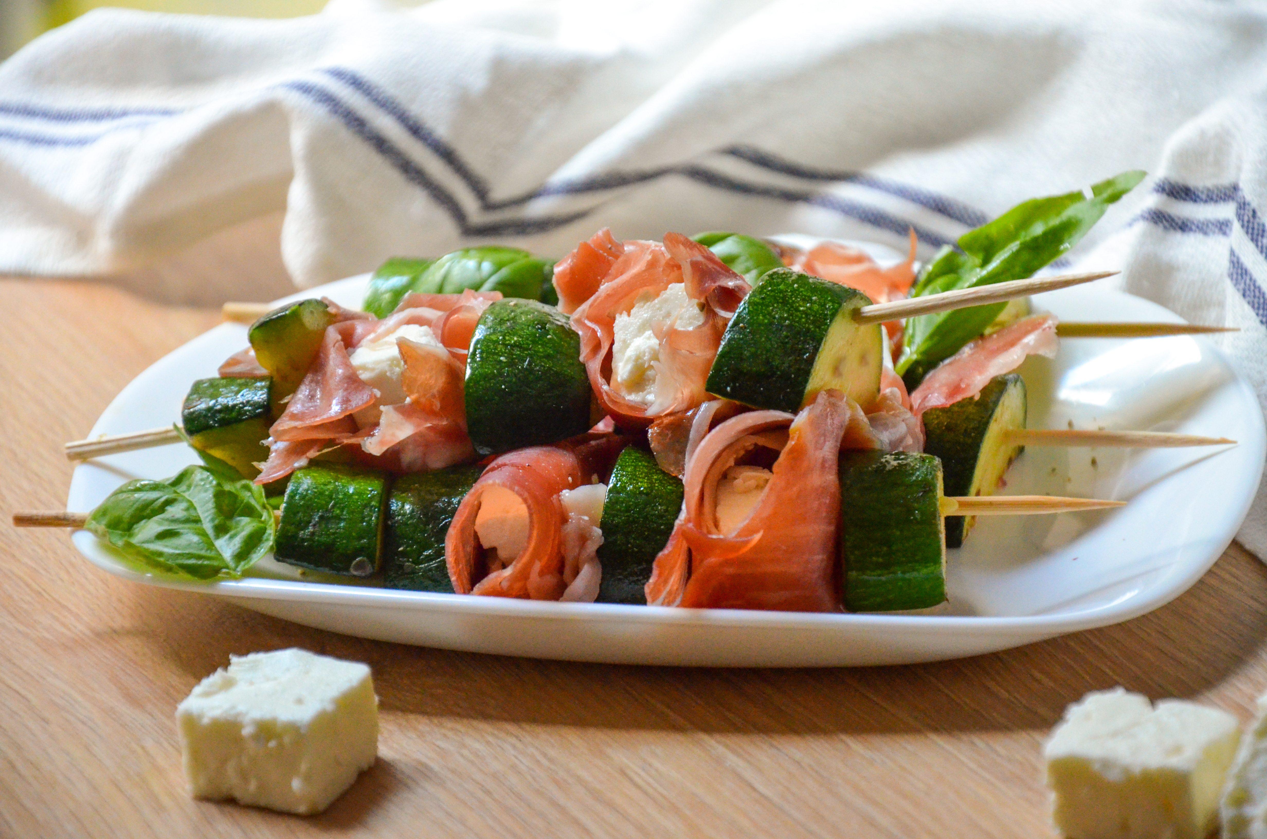 Spiedini freddi con prosciutto, zucchine e feta: la ricetta dell'antipasto estivo