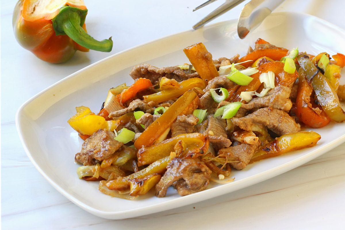 Straccetti con cipolle e peperoni: la ricetta del secondo ricco e colorato