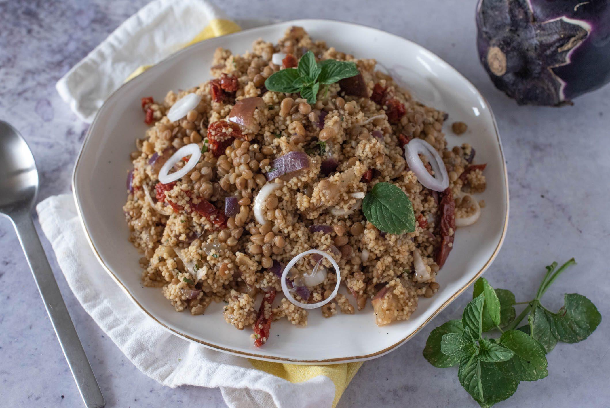 Cous cous con lenticchie, melanzane e cipolle: la ricetta del piatto gustoso e nutriente