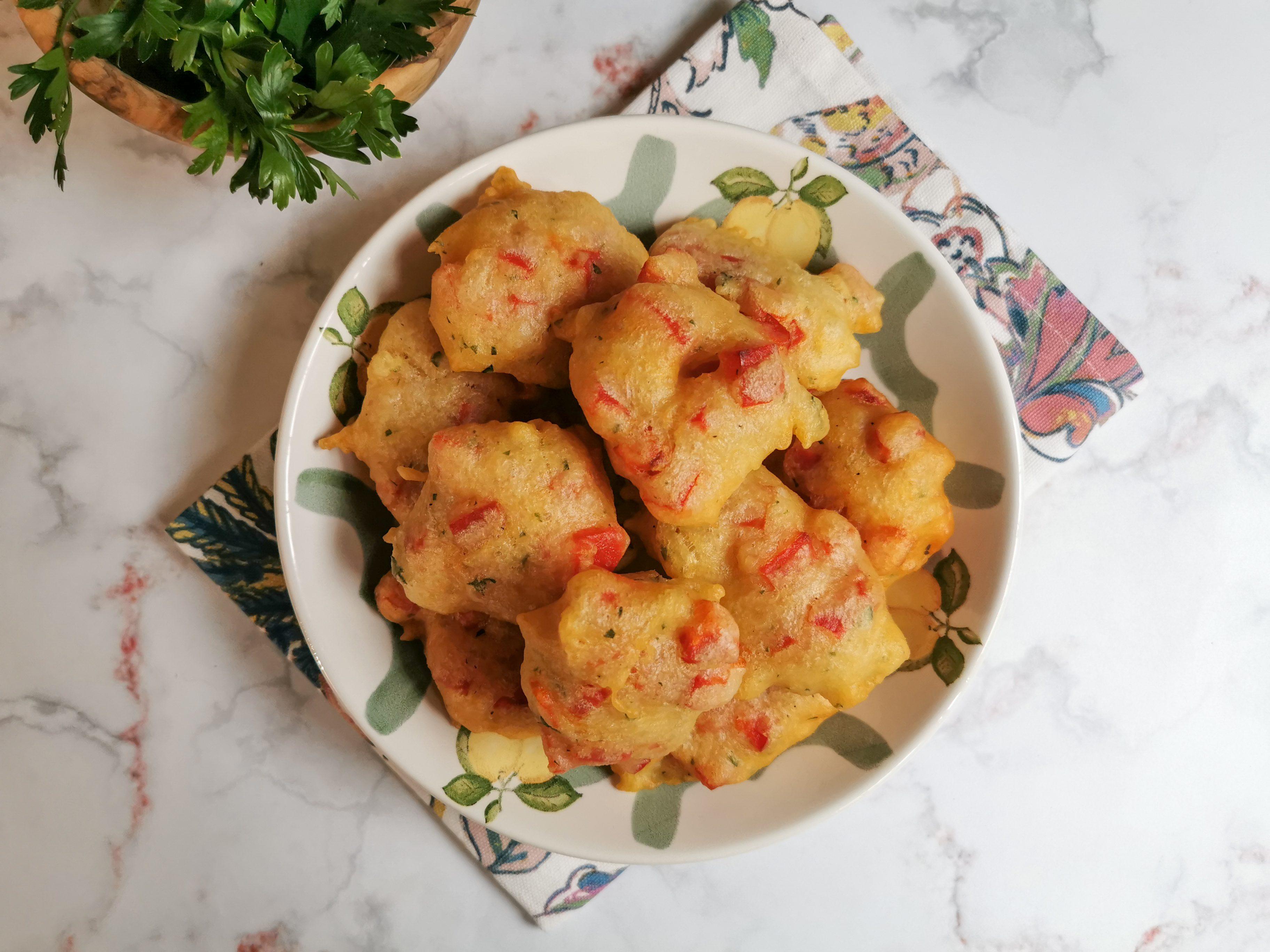 Frittelle ai peperoni: la ricetta dell'antipasto estivo veloce e stuzzicante