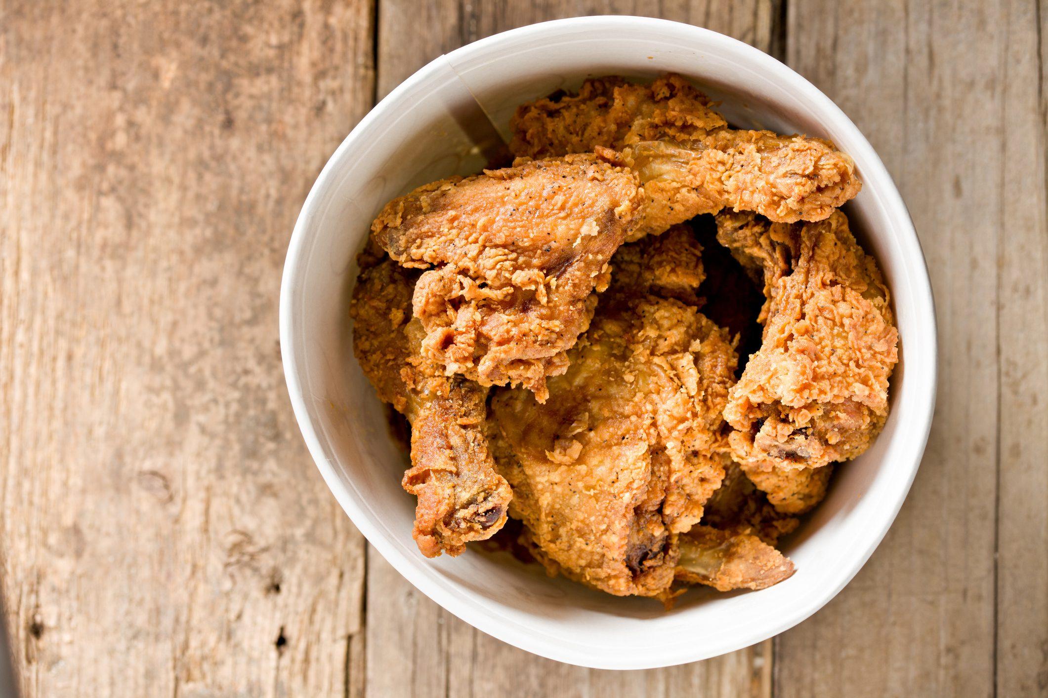 Pollo fritto americano: le radici e la storia del piatto simbolo degli Stati Uniti
