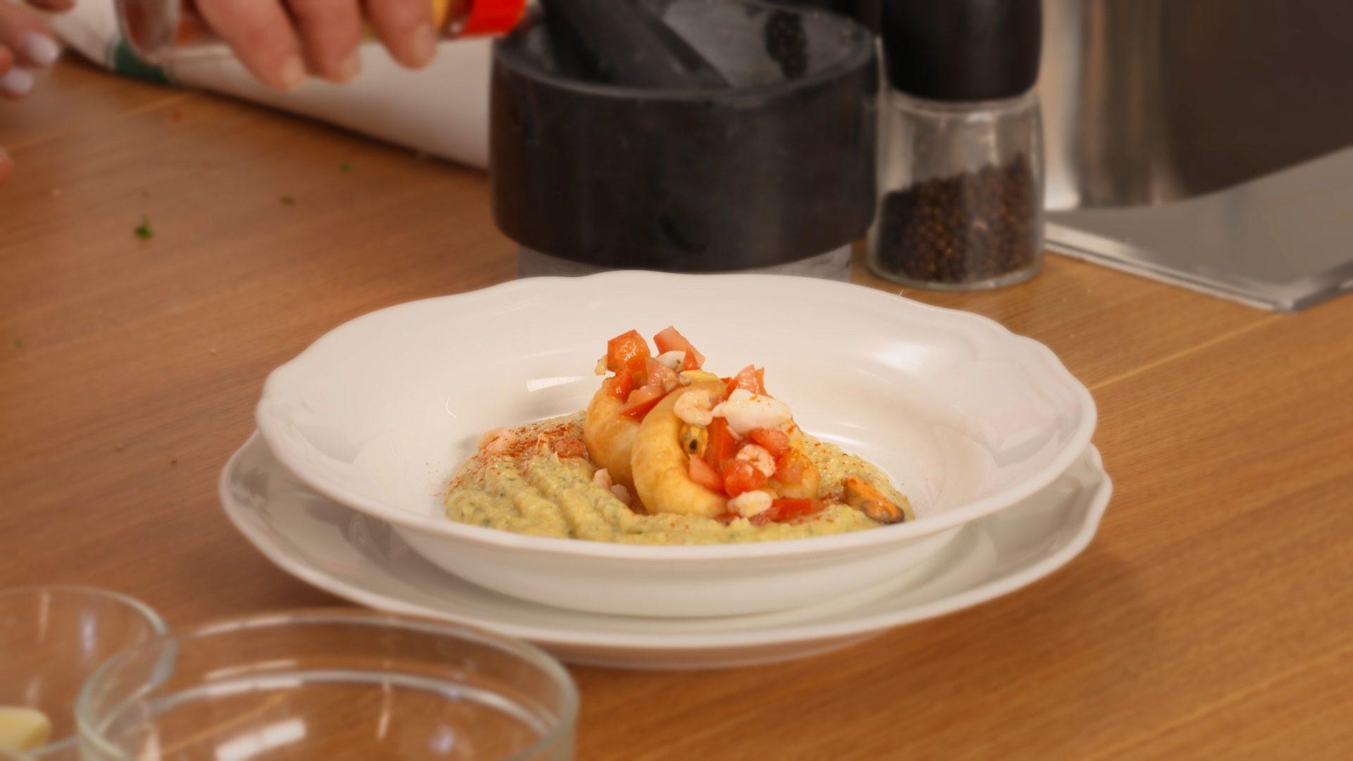 Hummus di ceci con sautè di mare: un piatto cremoso e speziato