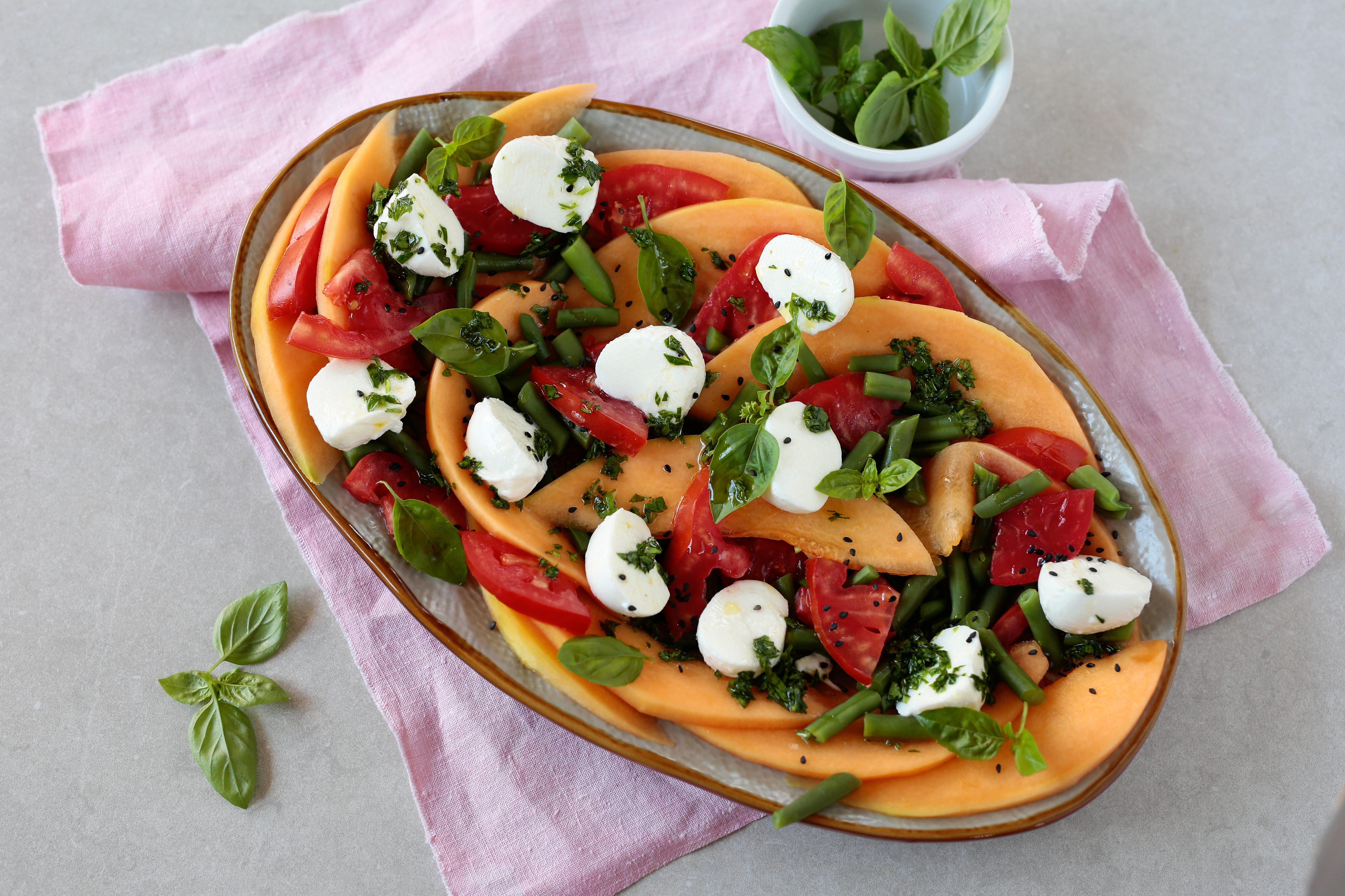 Caprese con melone e fagiolini: la ricetta della variante gustosa e colorata