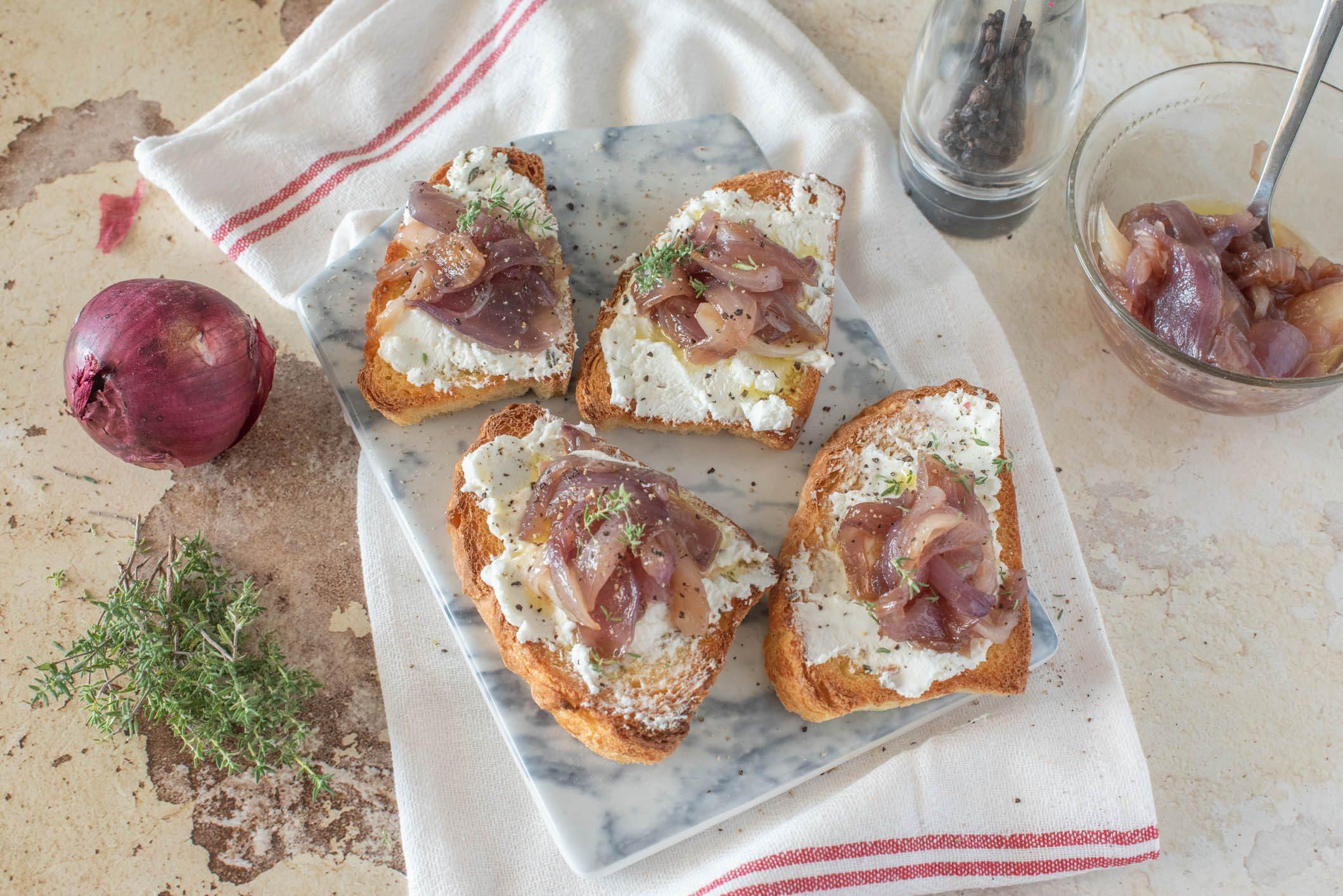 Bruschette con cipolle caramellate e caprino: la ricetta semplice e gustosa