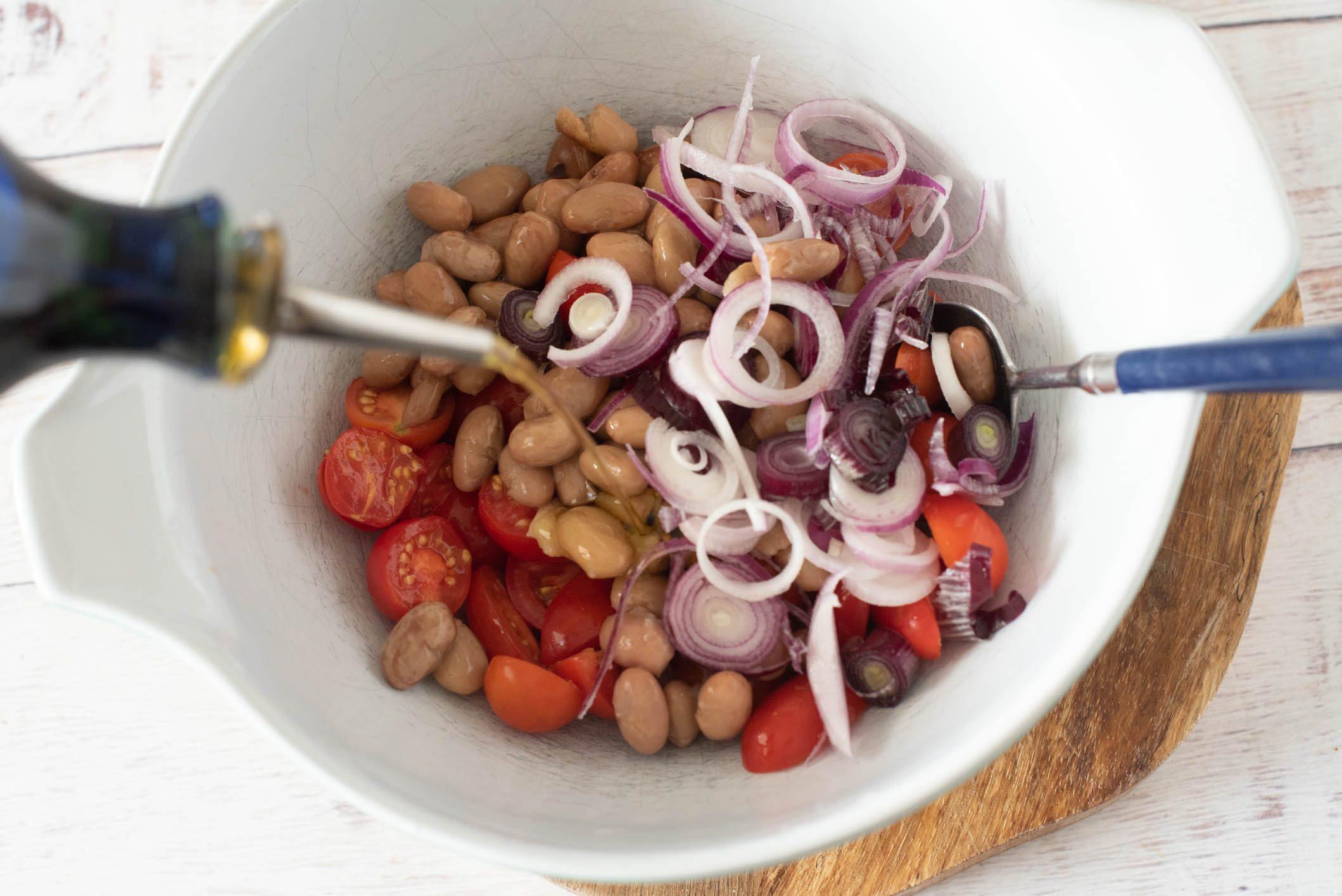 Insalata con fagioli borlotti, tonno e cipolle