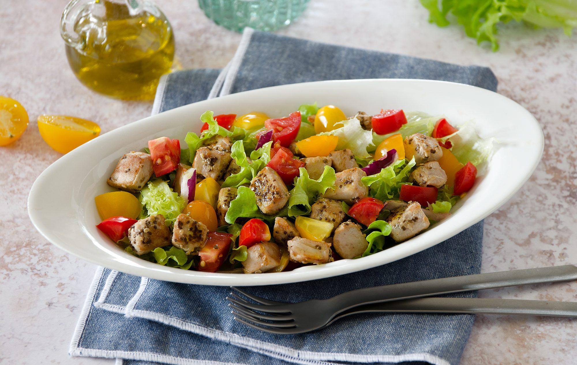 Insalata di tonno fresco: la ricetta estiva con lattuga e pomodorini