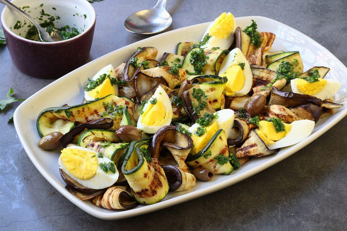 Insalata di verdure grigliate e uova sode: la ricetta del piatto leggero e completo