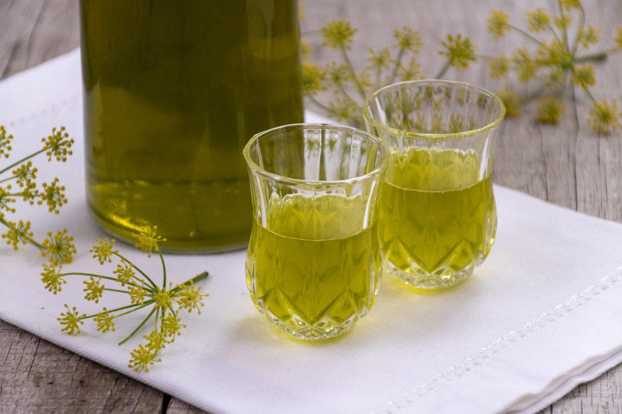 Liquore al finocchietto: la ricetta del digestivo con finocchietto selvatico fresco
